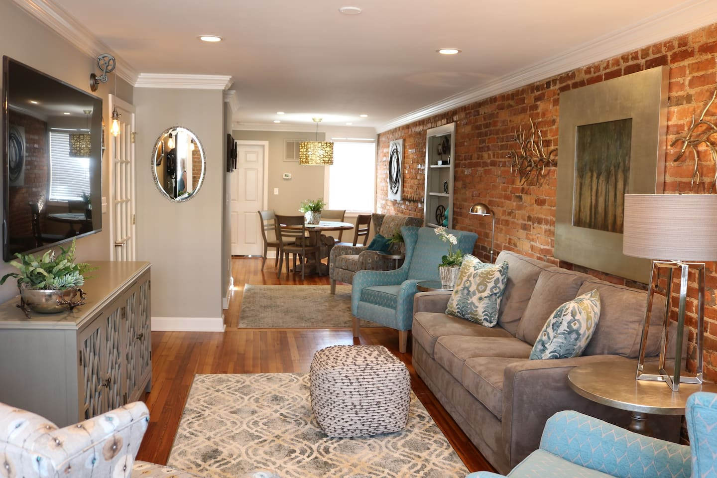 After adventuring downtown, you'll love to come back and relax in this open, bright and soothing space.