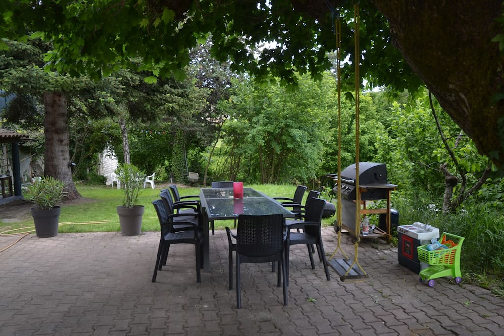 table jardin 12 pers + BBQ, plancha ...sous sycomore