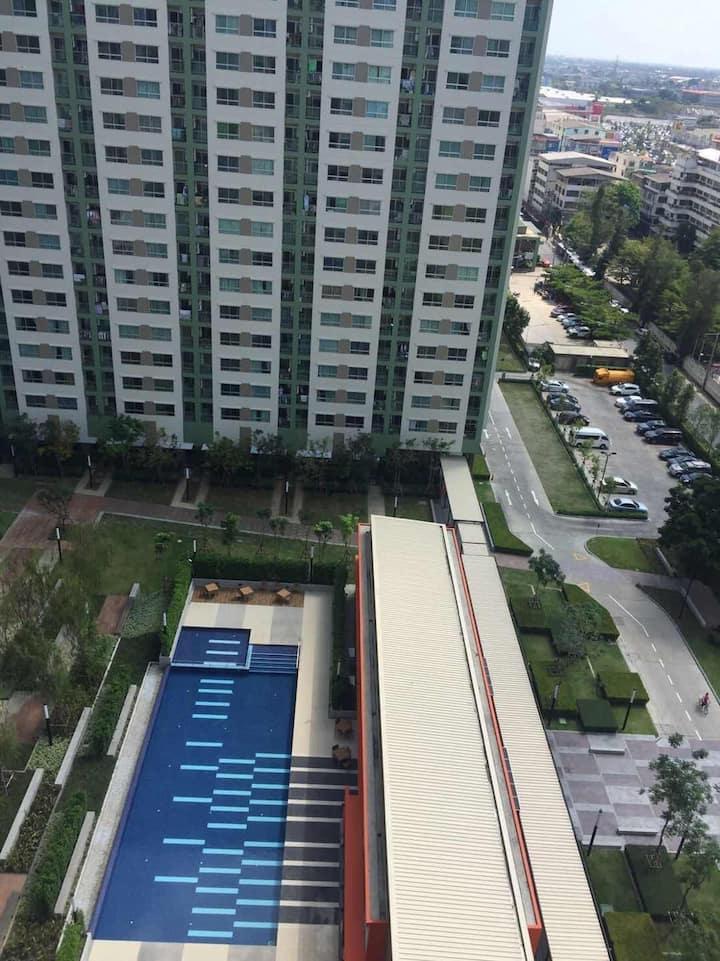 这个公寓在15楼,风景非常漂亮配套有非常漂亮的花园和和那个游泳池,外加周围的步行街和泰国当地美食广场