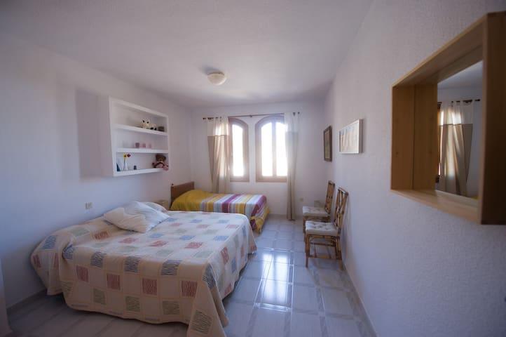 Amplia habitación muy luminosa