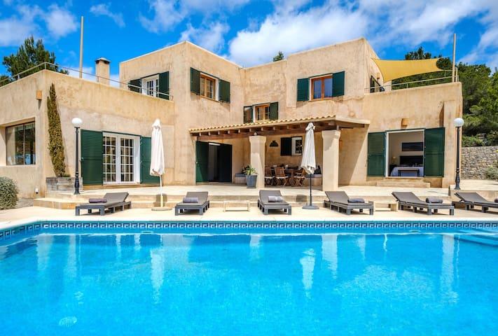 Fantástica villa con piscina, Wi-Fi, terraza, jardín y vistas al mar; Estacionamiento disponible