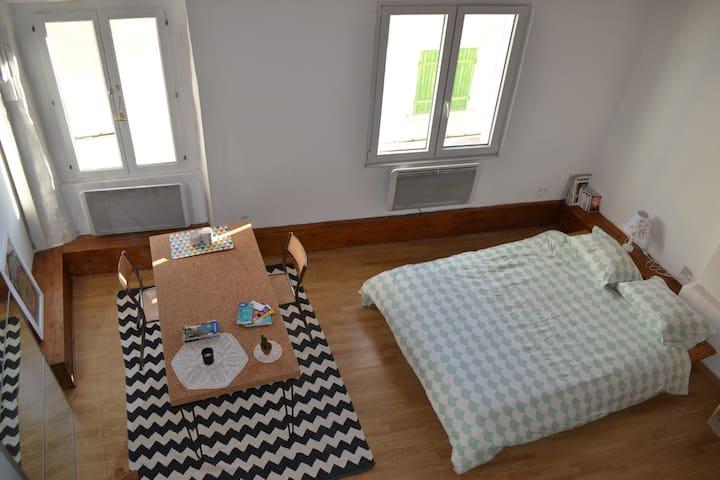 Chambre lumineuse, 2ème étage maison de village - Simiane-Collongue