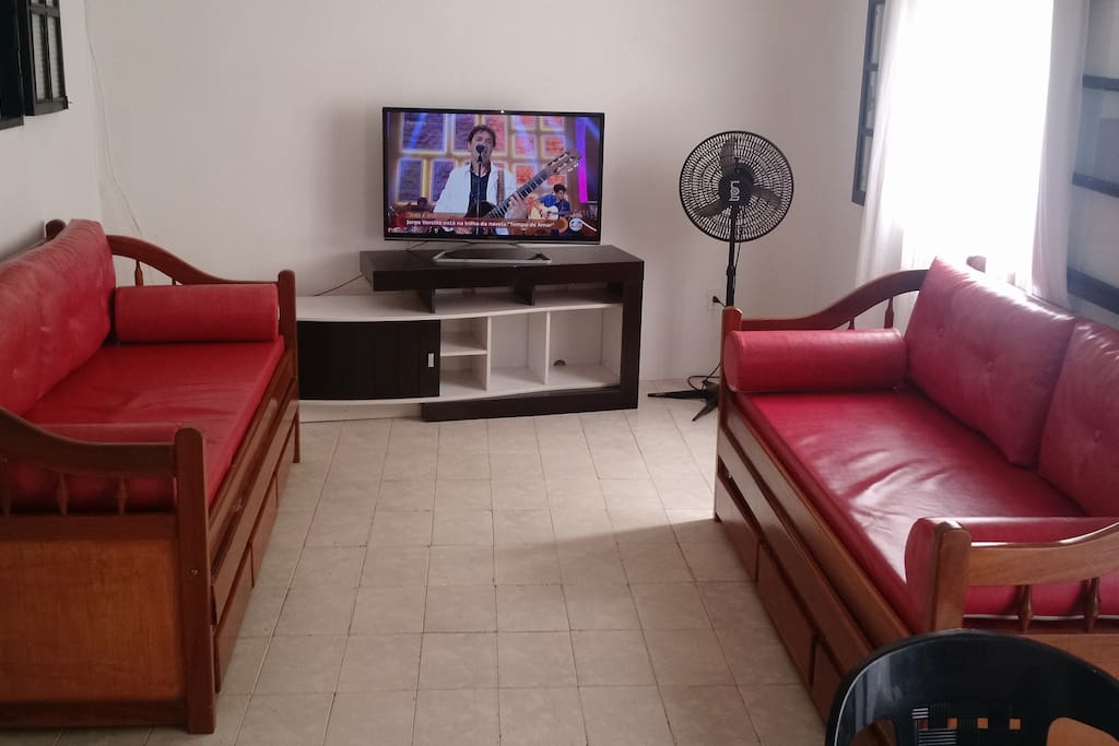 "Sala de estar, 2 sofas bibox, tv 42"" e ventilador"