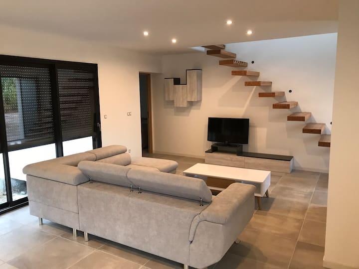 Chambre privée avec SDE dans villa neuve