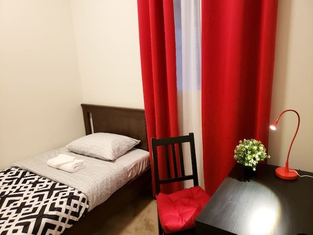 VERY CLEAN APARTMENT + PARKING IN QUIET UIC AREA