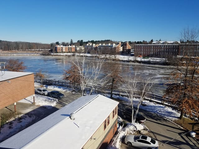 Downtown Exeter, 2 bedroom loft overlooking river,