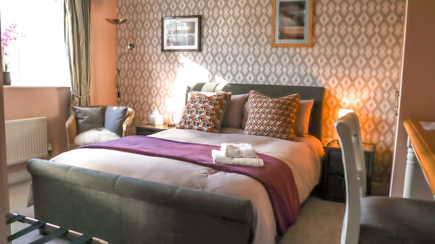 En-suite King Size Bed Comfy Room WiFi & Parking.