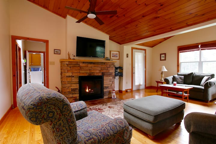 ★Walk to beach★ cozy cottage with fireplace