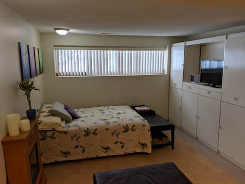 Private entrance Bachelor suite w Kitchen&Laundry