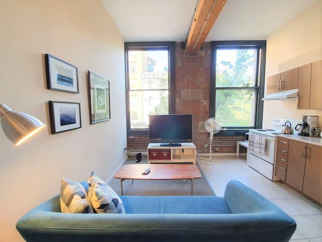 (Amazing Location) Modern Loft in Historic Gastown
