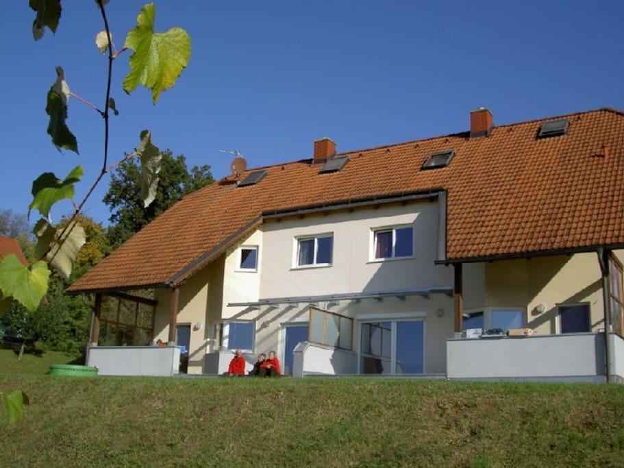 """Südseite mit Terrasse für beide Einheiten (""""Haus Kaltschmid""""+""""Haus Köfler"""")"""