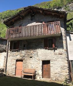 Romantic Rustico with garden - Borgonuovo - บ้าน