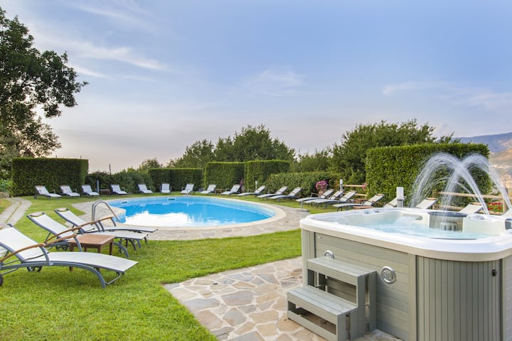 AMORE RENTALS - Villa La Ventana with Private Swimming Pool, Garden, Jacuzzi, Sea view and Parking