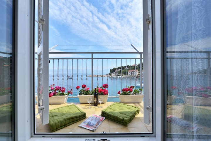 Seafront apartment on island Solta