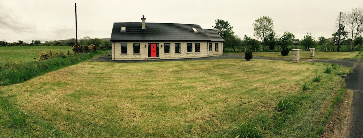 Beautiful new large country home - Armoy - Hus