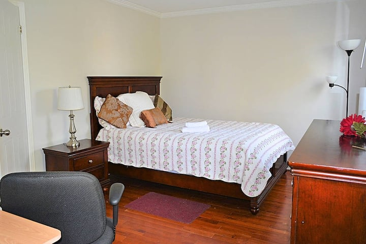 Queen size Guest Room in a quiet house