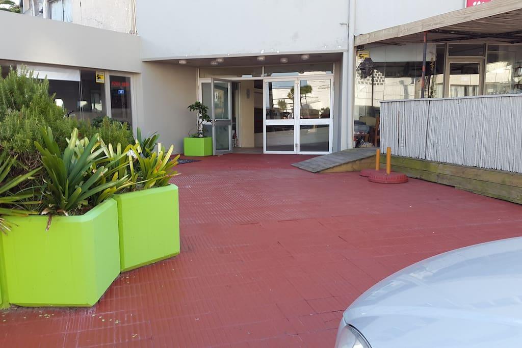 linda entrada al edificio Galería Caracol