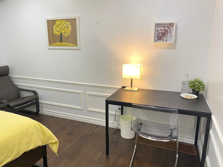 Beautiful & clean Queen room near Square One/ UofT