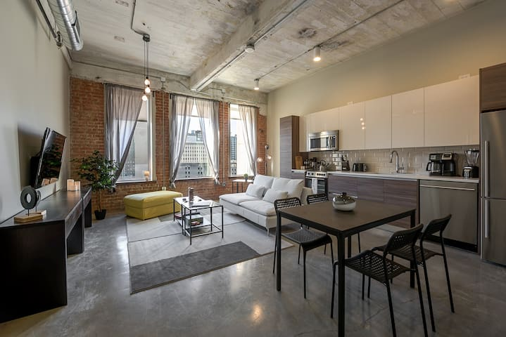 Downtown Dallas Industrial Condo + Pool + Gym