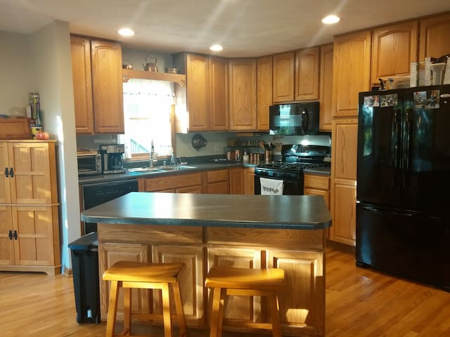 4BR, 3BA, 2 kitchens near Lane Stadium - Blacksburg - Hus
