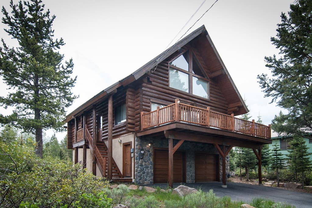 Custom log cabin in a very quiet and sunny part of Tahoe Donner.