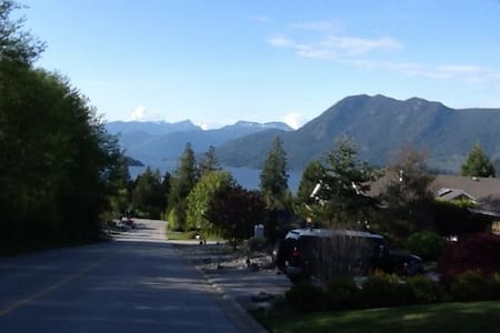 Homey place close to town and beach - Sechelt