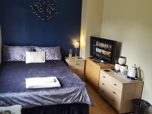 Double bedroom close to City center & the Quay