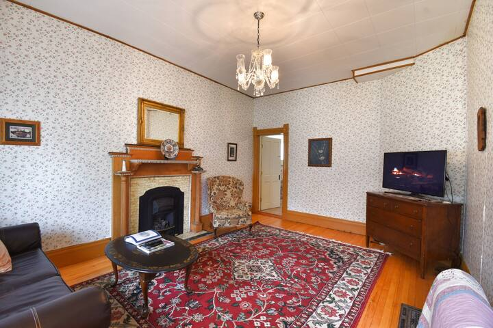 Cozy Condo In The Governor's Mansion, Pets Okay!