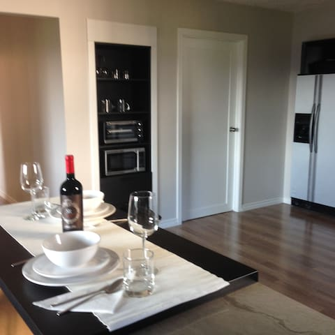 Sunny Private Suite near Golf & RRU - Victoria - Apartment