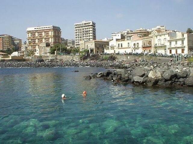 La spiaggia di San Giovanni li Cuti a due passi da piazza Europa circa 20 min. a piedi da casa