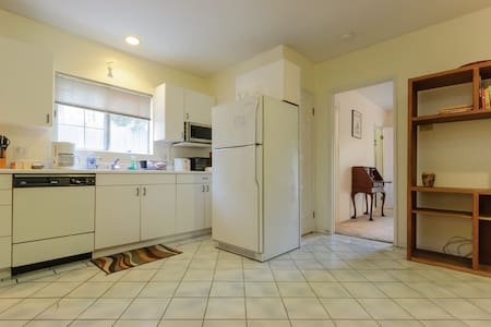 Private apt.in large home.Separate. - Apartment