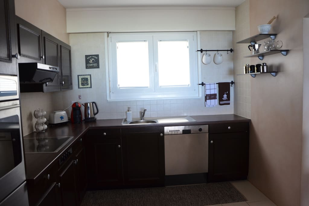 The kitchen is fully equipped: dishwasher, fridge, oven, coffee machine, kettle, toaster.