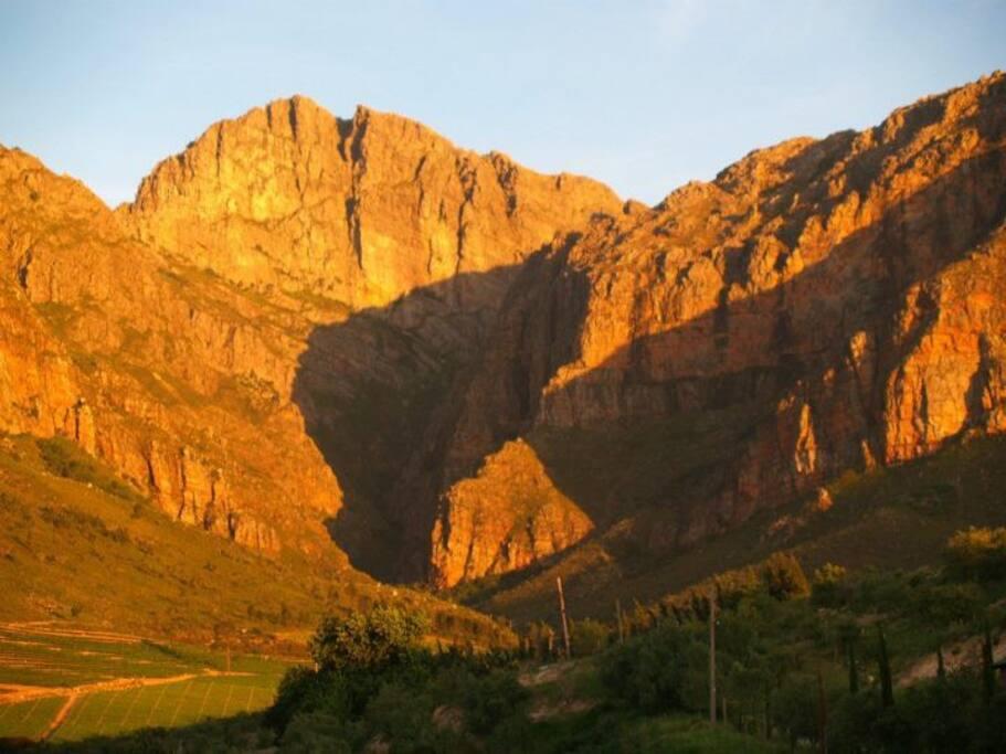 De røde bjerge ved solnedgang. Udsigten fra terassen.