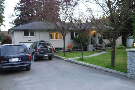 Open, modern & spacious with sunny garden - Maple Ridge - Rumah