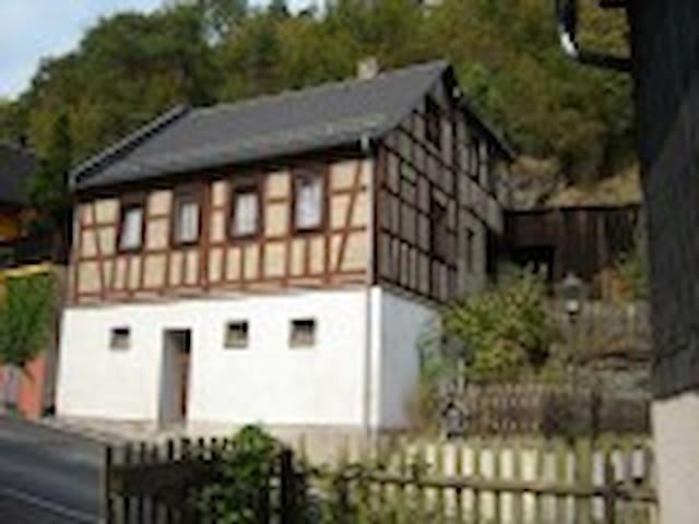 Vakwerkwoning tegen de berg Thuring