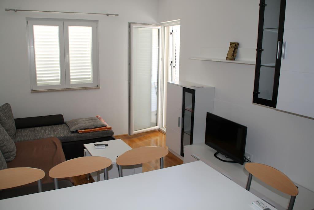 Wohnzimmer Satelitten-TV und Balkon