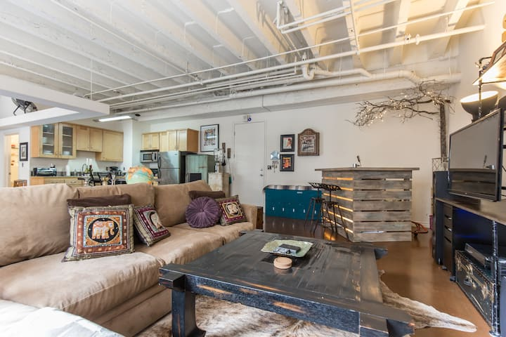 Hip Artist's Loft in DTLA with Rooftop Hot Tub!