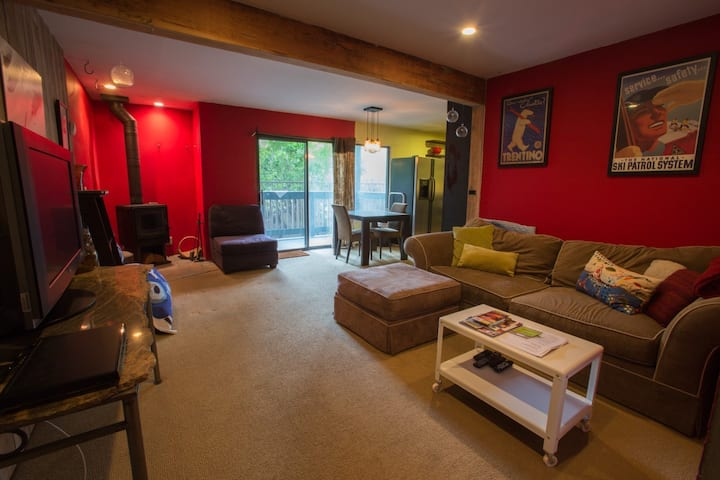 Comfy, modern + central. sleeps 4.  great jacuzzis