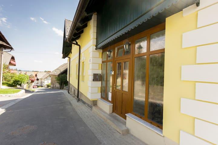 Yellow Apartment - former hayloft - Bled - Apartemen