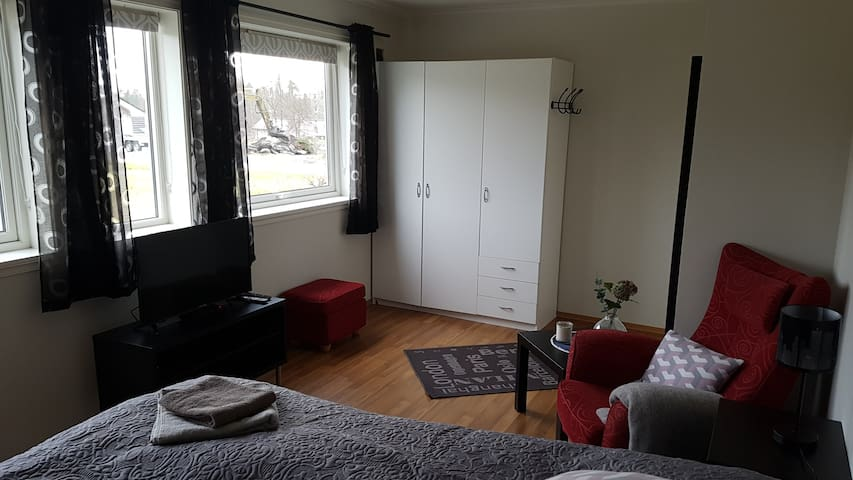 Modern apt by the airport,only 50 m from the Sea-1 - Bergen - Apartment