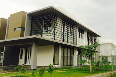 Semi-D Villa, East Ledang, Nusajaya - Villa