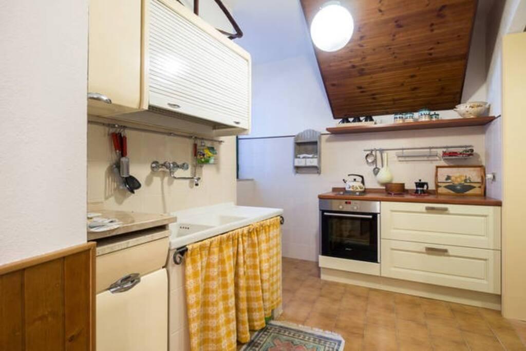 very equipped kitchen. Cucina accessoriata