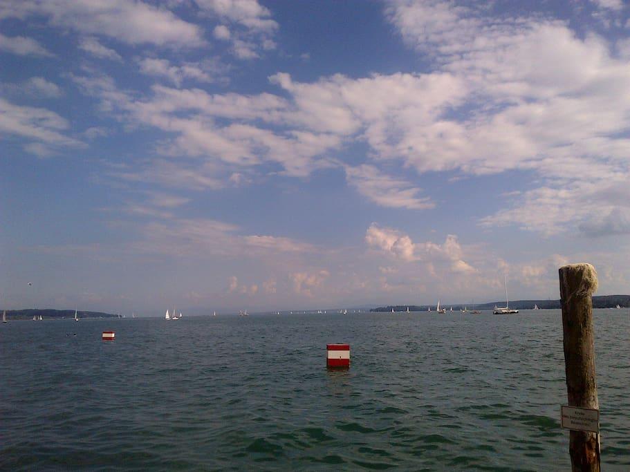 View of the lake on the way to town/ Sicht auf den See auf dem Weg in die Stadt