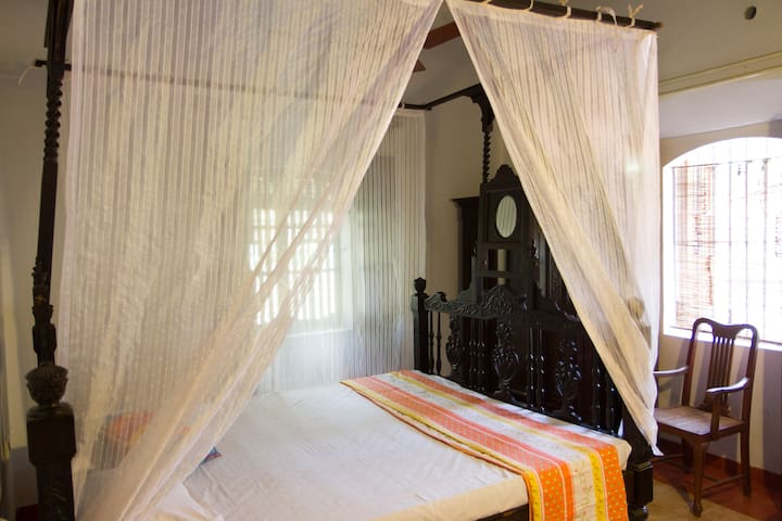 Heritage/Poster Room just off Main Road - North Goa - Bed & Breakfast