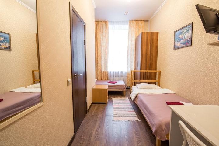 Уютная кровать в общем номере на 2 гостей