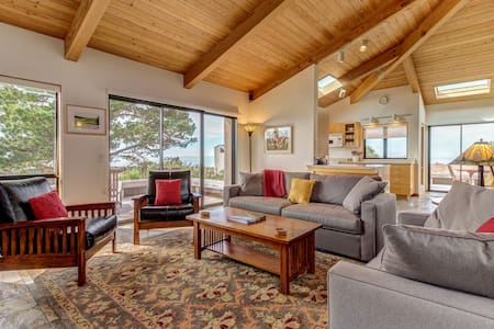 Oceanview bluff home w/ private hot tub/access to shared pool/saunas/tennis/EVC