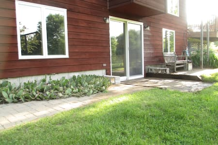 sunny walk-out apartment on 7 acres - Mazomanie - Apartamento