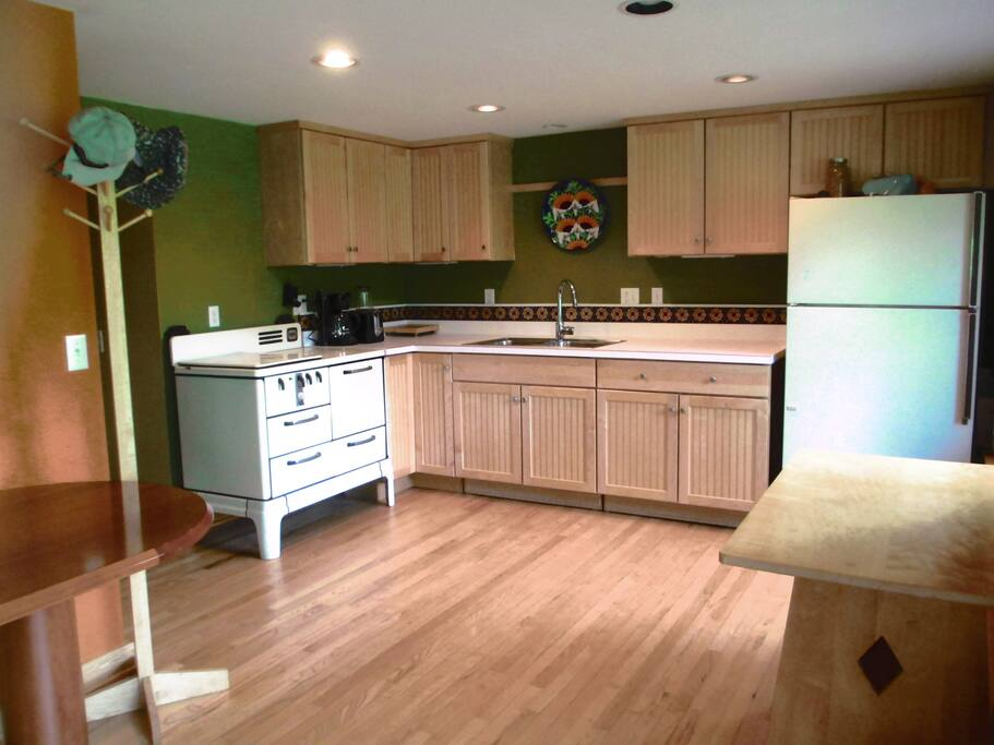 full kitchen, hardwood or tile floors in entire area