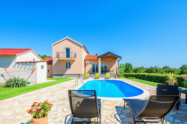 Luxurious Holiday Home in Policnik with Swimming Pool