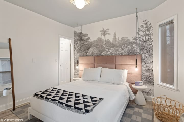 Lincoln Park Coach House w Master Bedroom, Full Kitchen, Queenn Sleeper, Dining Table for 8